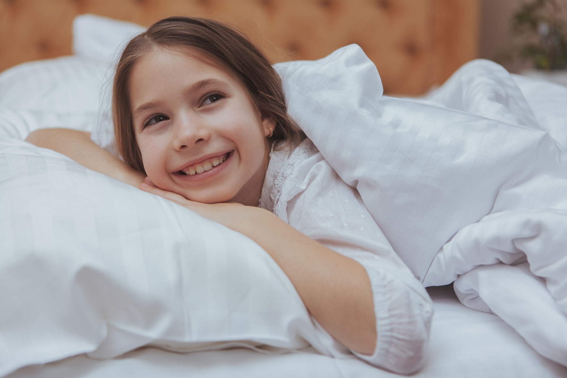 Srecna devojcica lezi na duseku i jastuku iz Timflexa u Nisu